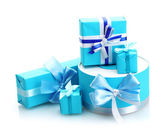 Blau geschenke mit bögen, die isoliert auf weiss — Stockfoto