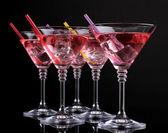 Cocktail in martini glazen geïsoleerd op zwart rood — Stockfoto