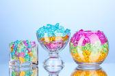 Un occhiale con pietre decorative colorate sul primo piano sfondo blu — Foto Stock