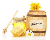 Süßer honig im glas und lauf mit waben, hölzerne drizzler und blumen, die isoliert auf weiss — Stockfoto