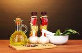 Malzemeler ve baharat kahverengi zemin ahşap masada yemek pişirmek için — Stok fotoğraf