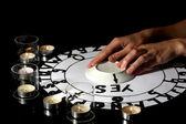 спиритический сеанс на свечах крупным планом — Стоковое фото