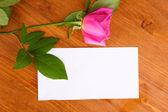 Bella rosa sullo sfondo in legno — Foto Stock