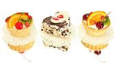 Torte dolci con frutta e cioccolato isolato su bianco — Foto Stock