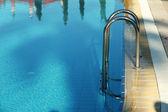 Güneşli yansımaları olan Hotel Yüzme Havuzu — Stok fotoğraf
