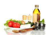Ingredienser för en grekisk sallad isolerad på vit bakgrund — Stockfoto