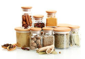 Barattoli e cucchiai di legno con spezie isolati su bianco — Foto Stock