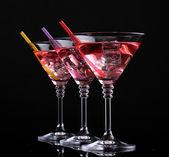 Koktejl v martini sklenice izolované na černá červená — Stock fotografie