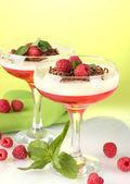 Gelée de fruits avec des baies dans les verres sur fond vert — Photo