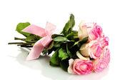 白で隔離されるピンクのバラの美しい花束 — ストック写真