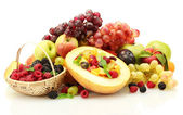 新鲜水果沙拉中瓜、 水果、 浆果、 孤立在白色 — 图库照片