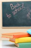 Libri scolastici e la scrivania. torna a scuola. — Foto Stock