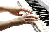 シンセサイザーを演奏女性の手 — ストック写真