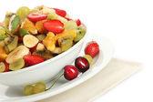 Ciotola con insalata di frutta fresca e bacche isolate su bianco — Foto Stock