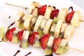 смешанные фрукты и ягоды на шпажках с шоколад макро — Стоковое фото