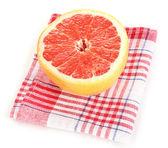 Mogen grapefrukt på servett isolerad på vit — Stockfoto