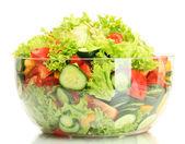 Ensalada de verduras fresca en transparente recipiente aislado en blanco — Foto de Stock