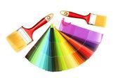 Pinceaux et lumineuse palette de couleurs isolé sur blanc — Photo