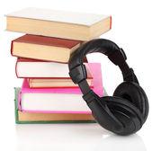 Hörlurar på böcker isolerad på vit — Stockfoto