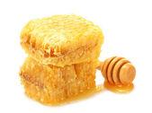 Złotych plastrów i drewniane drizzler z miód na białym tle — Zdjęcie stockowe