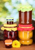 緑色の背景で缶詰の果物と瓶 — ストック写真