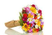 Lindo buquê de flores silvestres brilhantes, isolado no branco — Foto Stock