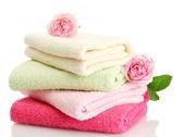 Heldere handdoeken en rozen geïsoleerd op wit — Stockfoto