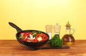 黄色の背景に野菜とフライパン — ストック写真