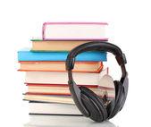 Koptelefoon op boeken geïsoleerd op wit — Stockfoto