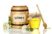 Sladký med v sudu a jar s květy akátu izolované na bílém — Stock fotografie