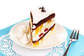 Ciasto warstwowe owoców na białym tle — Zdjęcie stockowe