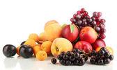 спелые фрукты и ягоды, изолированные на белом фоне — Стоковое фото