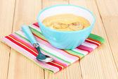 Ahşap masa üzerinde muz ile yoğurt — Stok fotoğraf