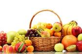 Surtido de frutas exóticas en cesta aislado en blanco — Foto de Stock