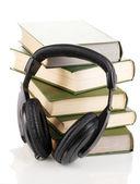 Kopfhörer auf bücher, die isoliert auf weiss — Stockfoto