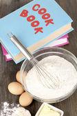 Huevos, harina y mantequilla de primer plano de mesa de madera — Foto de Stock