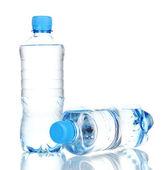 Kunststoff-flaschen wasser isoliert auf weiss — Stockfoto