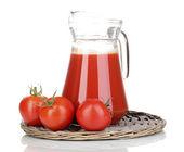 томатный сок в кувшин на плетеные мат, изолированные на белом фоне — Стоковое фото