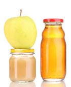 Glas von baby-püree und saft mit apple isoliert auf weiss — Stockfoto