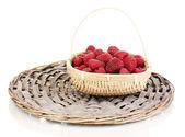 成熟树莓在篮子上白色隔离 — 图库照片