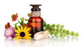 Bottiglia di medicina con compresse e fiori isolati su bianco — Foto Stock