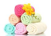 Kleurrijke handdoeken en bloemen geïsoleerd op wit — Stockfoto