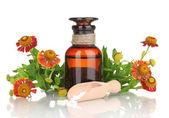 Medicin flaska med tabletter och blommor isolerad på vit — Stockfoto