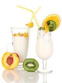 Délicieux milk-shakes aux fruits isolé sur blanc — Photo