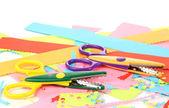 Tijeras zig-zag coloridas con papel de color aislado en blanco — Foto de Stock