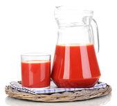 番茄汁的投手和玻璃在柳条垫子上白色隔离 — 图库照片