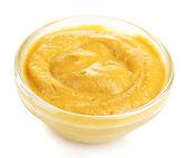 Moutarde dans un bol de verre isolé sur blanc — Photo