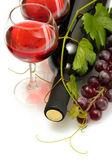 бутылки и стаканы вина и спелый виноград, изолированные на белом фоне — Стоковое фото