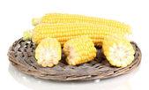 Frischen mais auf weide-matte isoliert auf weiss — Stockfoto