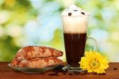 стакан свежего кофе, коктейль и блюдце с бубликов на ярко зеленый фон — Стоковое фото